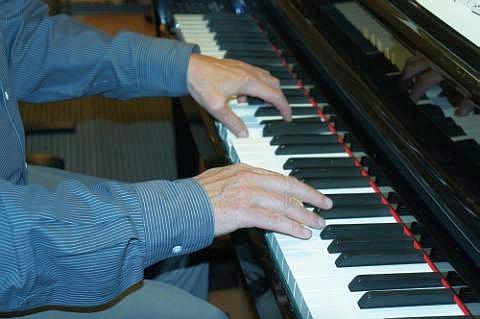 Ich habe viele Klavierstücke als Klaviervideo auf meiner Website eingespielt! Du kannst diese jederzeit abrufen!