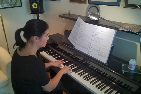 Richtige Sitzhaltung, Finger und Armhaltung müssen auch erlernt werden. Nur so führt der Klavierunterricht zum Erfolg!