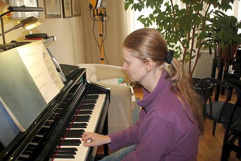 Claudia Schmidt übt Klavier! Sehr konzentriert folgt sie dem Klavierunterricht! Sie will ja doch alles gut machen!