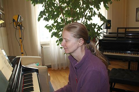 Claudia in Musik versunken! Auch das ist möglich! Zuerst steht allerdings ein bisschen Üben am Programm!